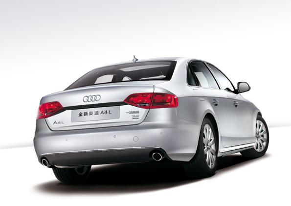 Um 6 Zentimeter verlängert bietet der Audi A4L mehr Beinfreiheit für die Fondpassagiere (Foto: Audi)