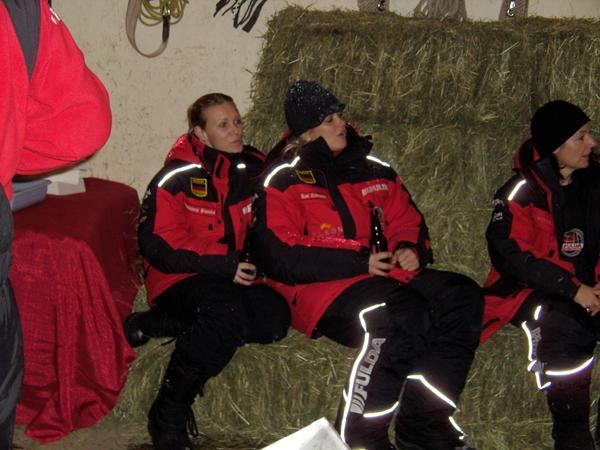 Magdalena Brzeska und Susi Erdmann hören konzentriert zu...
