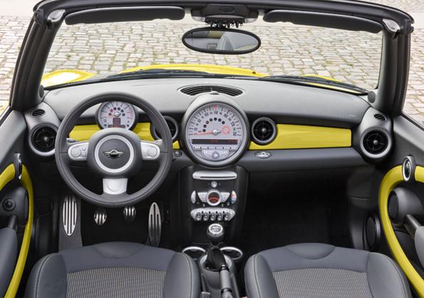 Bleibt seinem Stil treu: Innenansicht des neuen MINI Cabrio (Foto: MINI)