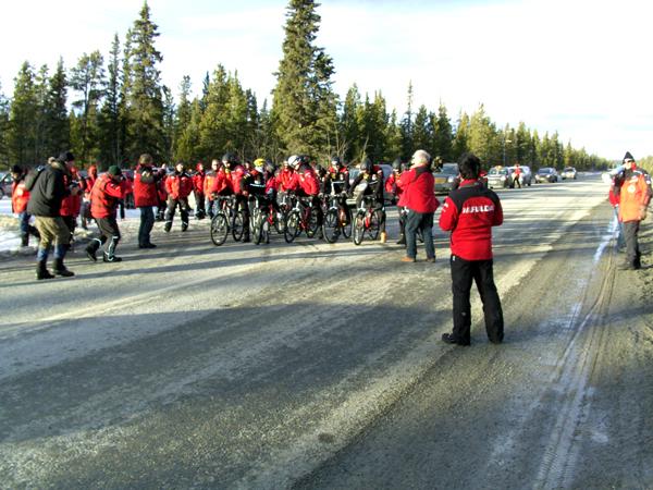 Start zum 30 Kilometer radrennen in eisiger Kälte