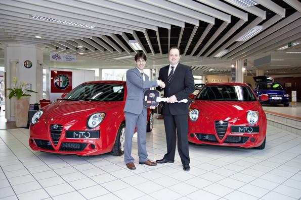 Schlüsselübergabe für die ersten MiTos (Foto: Alfa Romeo)