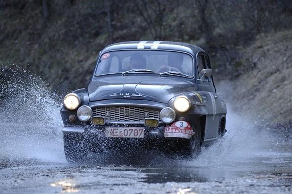 Der alte Octavia wird heute noch schwer gefordert: Wasserdurchfahrt bei der Histo Monte (Foto: Skoda)
