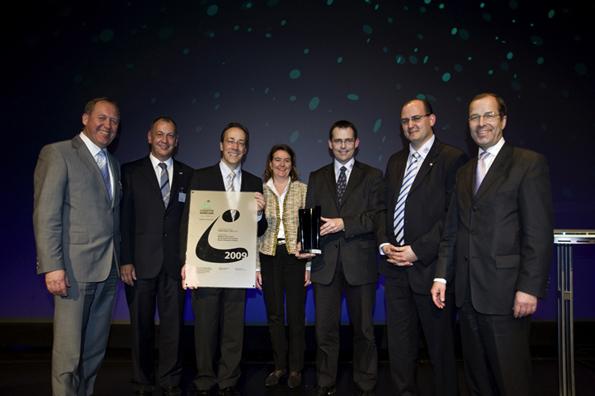 VDA-Geschäftsführer Klaus Bräunig (re.) und Dr. Karl Nowak (li.) mit Vertretern des Siegerteams aus dem tschechischen Budweis (Foto: VDA)