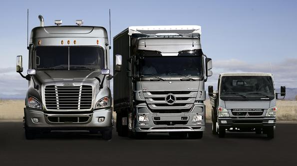 Ausschnitt aus dem Produktportfolio von Daimler Trucks: Den Freightliner Cascadia C8 Truck, den neuen Merceces-Benz Actros, sowie den Fuso Canter (v.l.n.r.) (Bild: Daimler)