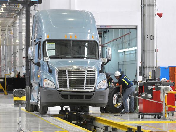 Daimler Trucks North America: Die Montage des Freightliner Cascadia Lkw, ein Schwer-Lkw der Klasse 8 (Foto: Daimler)