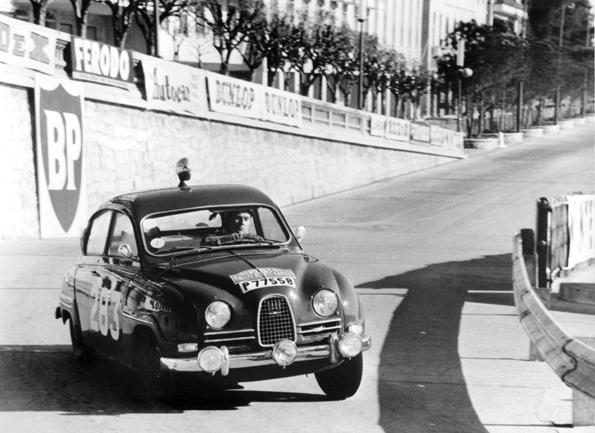 """Erik Carlsson aus seinem Saab 96 in den Straßen von Monte Carlo bei seinem zweiten """"Monte""""-Sieg 1963 (Bild: Saab)"""