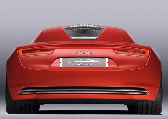 Emissionfrei und deshalb ohne respekteinflößende Endrohre: Der e-tron von Audi (Foto: Audi)