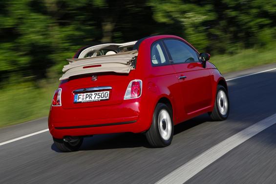 Das Softtop lässt sich bis zur Heckklappe zurückfahren (Foto: Fiat)