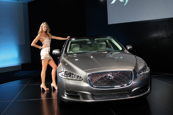 Präsentation des neuen Jaguar XJ auf der IAA mit Elle McPherson (Foto: Jaguar)