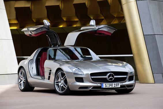 Die Flügeltüren sind Garagen-kompatibel und erleichtern den Einstieg (Foto: Daimler)