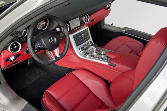 Über das rote Leder kann man streiten, es findet sich auch beim legendären 300 SL (Foto: Daimler)