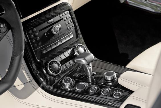 Die Mittelkonsole mit vielen Knöpfen zum Spielen und einem Wähhebel der an den Schubhebel von Flugzeugen erinnert (Foto: Daimler)