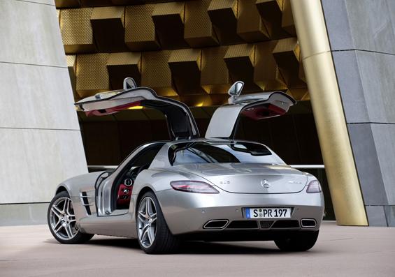 Heckansicht des Mercedes SLS AMG mit geöffneten Flügeltüren. (Foto: Daimler)