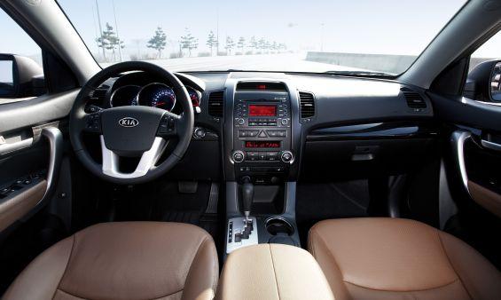 Wirkt recht bekannt aus der letzten Sorento-Version: das Cockpit des neuen Sorento (Foto: Kia)