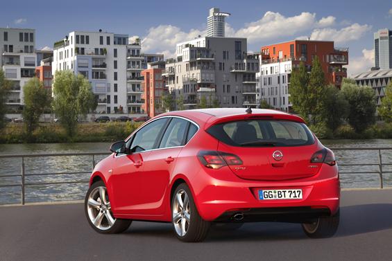 Heckansicht des neuen Astra: Alles wird noch etwas runder (Foto: Opel)