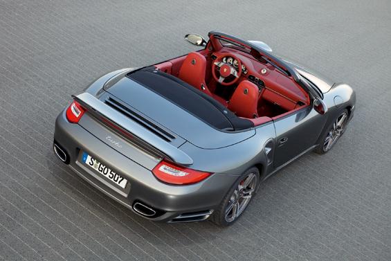 Die klassische Farbkombination in silber und rot (Foto: Porsche)