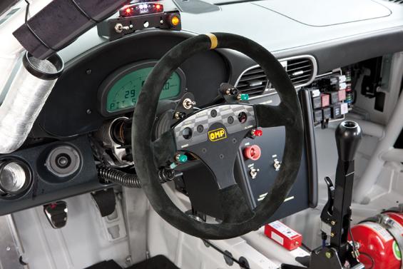 Das Lenkrad bietet viele Bedienelemente für den Fahrer (Foto: Porsche)