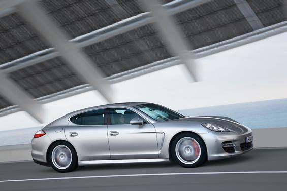 Der neue Porsche Panamera wirkt wie ein langgestreckter 911er (Foto: Porsche)