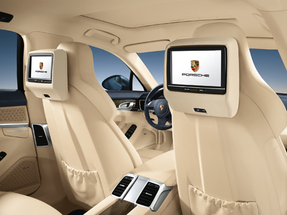 Optional: Rear Seat Entertainment mit Touchscreen-Montiroren (Foto: Porsche)