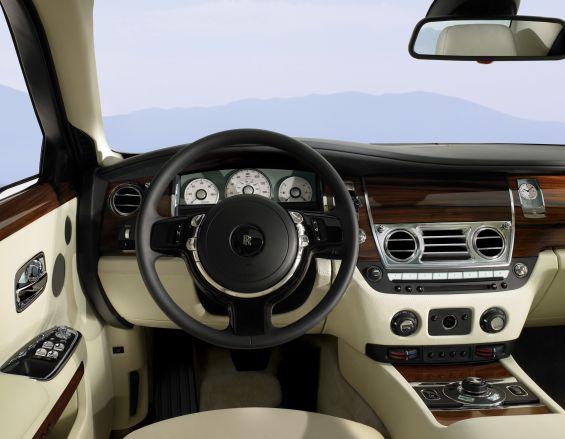 Hier fahren die Herrschaften auch mal selbst ganz gerne, ganz im Gegenteil zu früher, wo der Fahrersitz nicht wirklich Lust aufs Steuern machte (Foto: Rolls Royce)