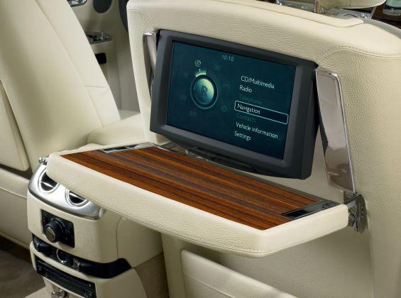 Mitbestimmung: Viele Funktionen, die nicht direkt das Fahren betreffen, kann der Fond-Passagier einstellen (Foto: Rolls Royce)