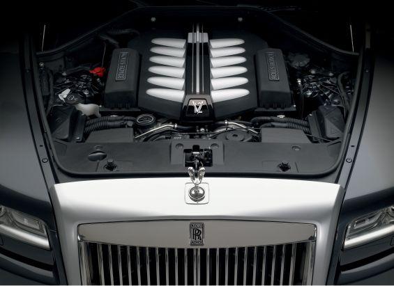 Der typische Motor-Journal Blick unter die Motorhaube des Rolls-Royce Ghost (Foto: Rolls Royce)