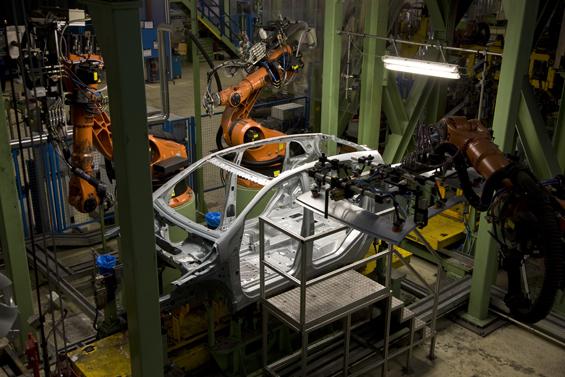 Produktion im Karosserierohbau des Mercedes-Benz Werks Rastatt (Foto: Daimler)