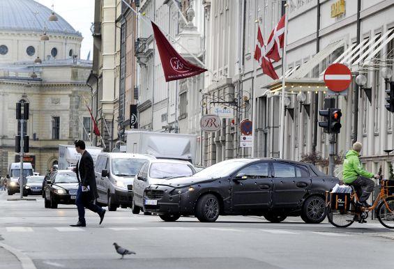 Die Tarnung eines S60 Testwagens bei Fahrten durch die Innenstadt kann man auch als PR-Thema nutzen, insbesondere, wenn Volvo die Bilder selbst zur Verfügung stellt. So ist die Aufmerksamkeit garantiert (Foto: Volvo)