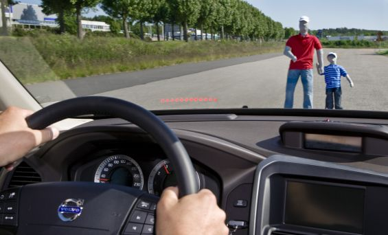 WArnanzeige als Head-Up-Display (Foto: Volvo)