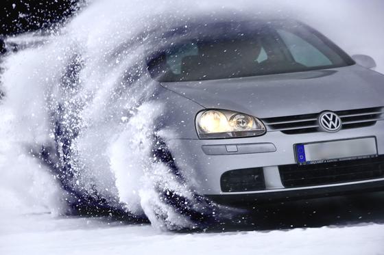 Elektronische Fahrhilfen können ihre Wirkung auf winterlichen Fahrbahnen nur entfalten, wenn entsprechend hochwertige Winterreifen sie unterstützen.  Foto: djd/Continental