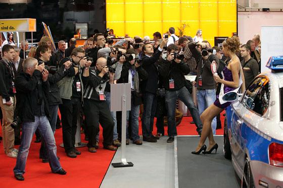 Fotografen zieht man auf Automessen immer mit weiblichen Reizen (Foto: Hans Hartwig/Messe Essen)