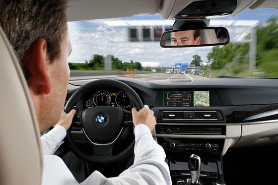 Das Head-Up-Display zeigt Infos an, die wichtig sind (Foto: BMW)