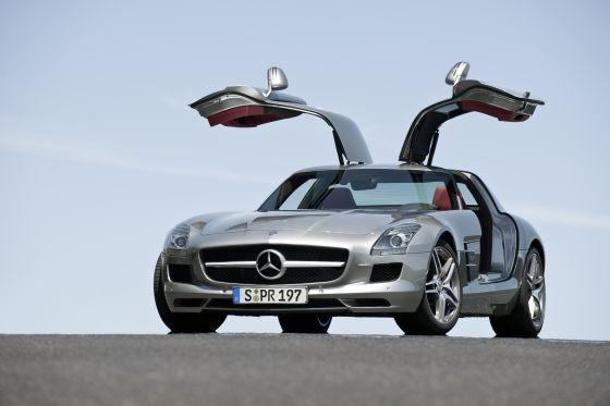Der mneue Mercedes SLS AMG mit geöffneten Türen (Foto: Daimler)