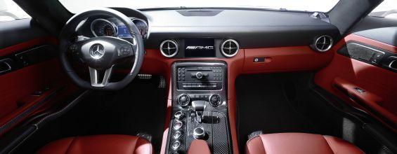 Mercedes-Benz SLS AMG: Prägende Stilelemente sind die Instrumententafel, die in Form eines kraftvoll gespannten Flügelprofils für optische Breite sorgt, sowie die lang gestreckte Mittelkonsole mit der darin integrierten AMG DRIVE UNIT. (Foto: Daimler)