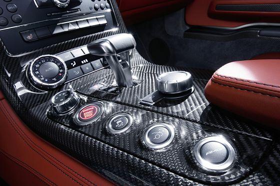 Die Mittelkonsole aus carbon mit AMG Drive Unit (Foto: Daimler)
