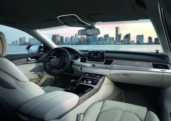 Auch innen keine Überraschungen: Der neue A8 präsentiert sich im Innenraum gewohnt hochwertig (Foto: Audi)