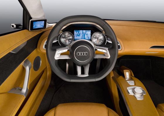 """Das Cockpit bringt viele Neuerungen. Interessant zum Beispiel der Monitor, der das Bild der """"Außenspiegel""""-Kamera zeigt. (Foto: Audi)"""