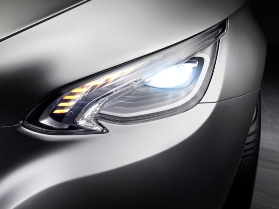 Die lichtstarken LED-Scheinwerfer betonen den dynamischen Auftritt des F 800 Style (Foto: Daimler)