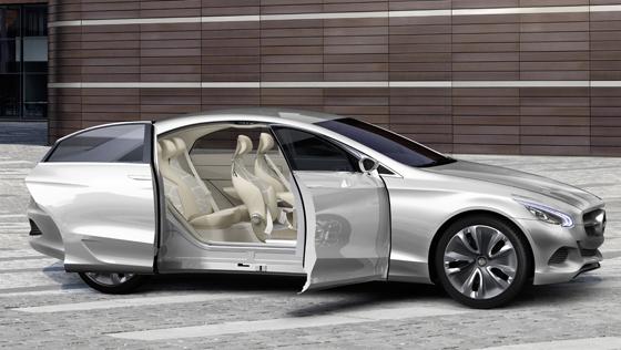 Mercedes-Benz F 800 Style - Die hinteren Schwenk-Schiebetüren gewährleisten maximalen Einstiegskomfort (Foto: Daimler)