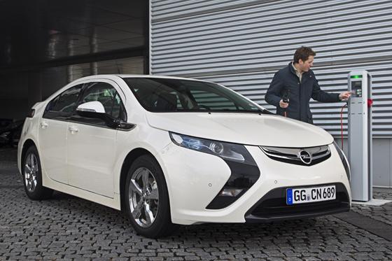 Der Opel Ampera überzeugt neben seinem Aussehen vor allem mit der Strecke, die er im Elektroantrieb zurücklegen kann. (Foto: Opel)