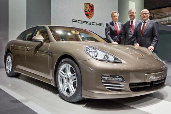 Wolfgang Dürheimer, Vorstand für Forschung und Entwicklung, Helmut Bröker, Managing Director von Porsche China und Bernhard Maier, Vorstand Vertrieb und Marketing bei der Weltpremiere des neuen Porsche Panamera 4 in Peking. (Foto: Porsche)