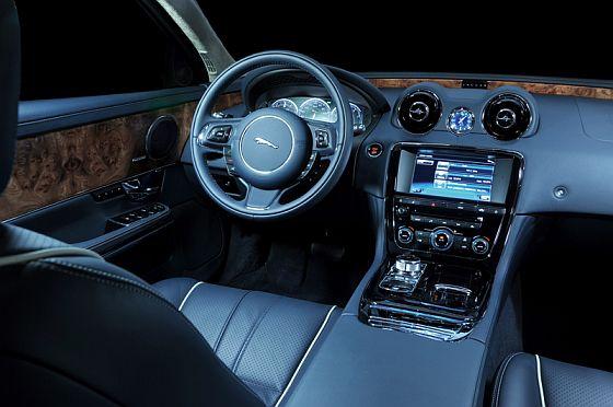Im direkten Vergleich sehr düster: Die dunkle Innenausstattungsvariante des neuen XJ (Foto: Jaguar)