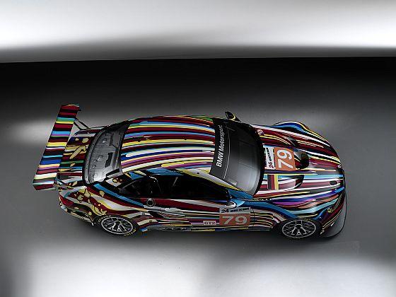 Jeff Koons 17th BMW Art Car, 2010 (BMW M3 GT2). Anlässlich der Premiere des 17. BMW Art Cars hat Jeff Koons am 1. Juni den von ihm gestalteten BMW M3 GT2 Rennwagen in Anwesenheit von 300 internationalen Gästen und VIP's aus Kultur Wirtschaft und Politik im Pariser Centre Pompidou enthüllt und signiert. Ebenfalls im Centre Pompidou, einem der renommiertesten Kulturinstitutionen der Welt für moderne und zeitgenössische Kunst, hatte Roy Lichtenstein im Jahr 1977 sein Art Car präsentiert und signiert. (Foto: BMW)