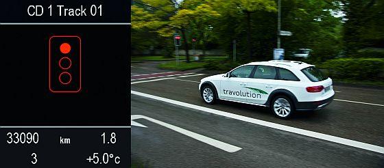 """Ein Audi Q5 Testwagen nähert sich einer Ampelanlage. Durch die Kommunikation mit der Ampel """"weiß das Fahrzeug"""" wie lange noch rot sein wird. (Foto: Audi)"""