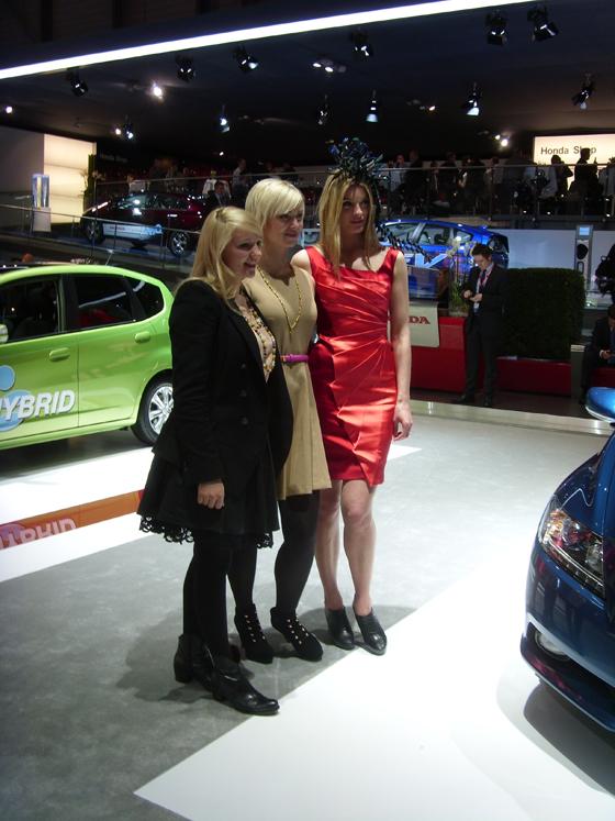 Der Genfer Salon öffnet am 7. März seine Pforten für das Publikum. Die Auto-Neuheiten werden oft von attraktiven Damen in Szene gesetzt.