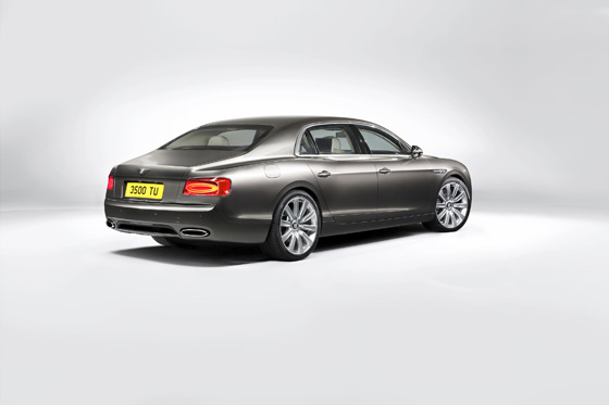 Viertürer mit 5,30 Metern Länge und 2,5 Tonnen Leergewicht: der neue Bentley Flying Spur. Foto: Bentley.
