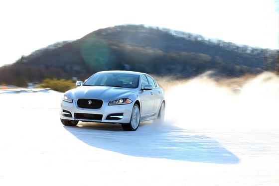 Im Jaguar XF ist der Allradantrieb kombiniert mit einem neuen Dreiliter V6 Kompressormotor. Foto: Jaguar.