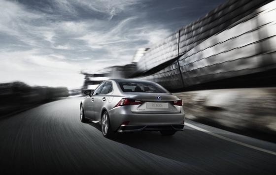 Neu von Toyota-Tochter Lexus: is300h mit Hybridantrieb. Foto: Lexus.