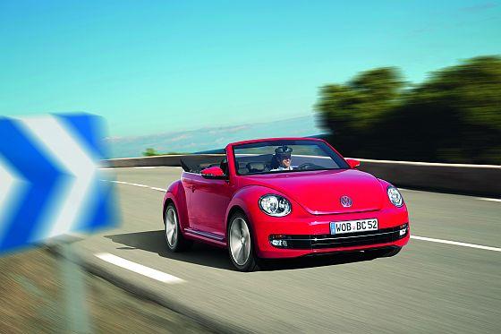 Kurz vor dem Start der diesjährigen Cabrio-Saison fährt das neue Beetle cabrio von Volkswagen beim Händler vor (Foto: Volkswagen)