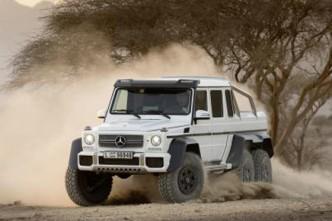 Wirbelt Staub auf: Mercedes G 63 AMG 6 x 6. Außen Macho innen mit Alcanatra veredelt. Foto: Daimler.